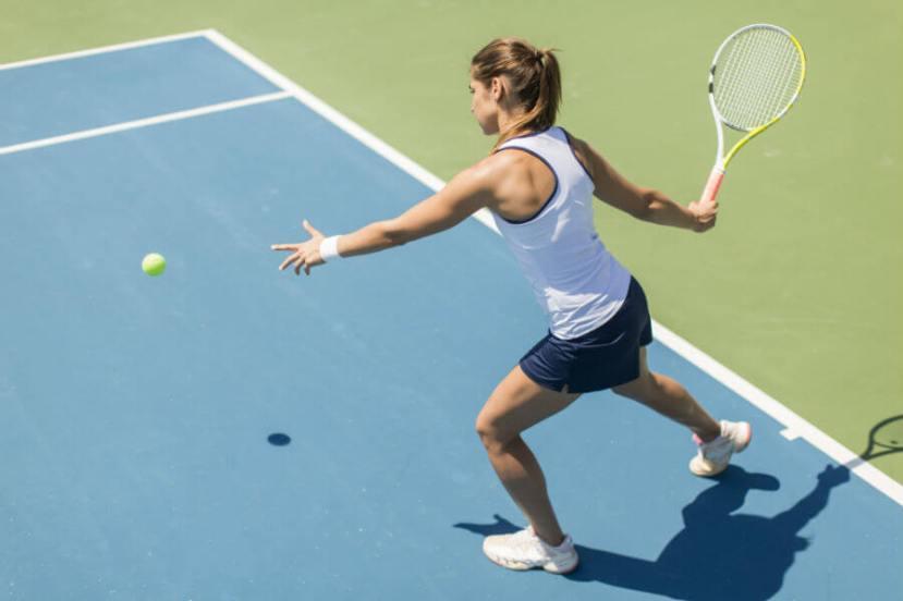 woamn playing tennis